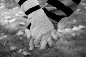 Holding_hands_by_homarte